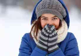 Τελικά, τα ζεστά ρούχα προστατεύουν όντως από τις ιώσεις