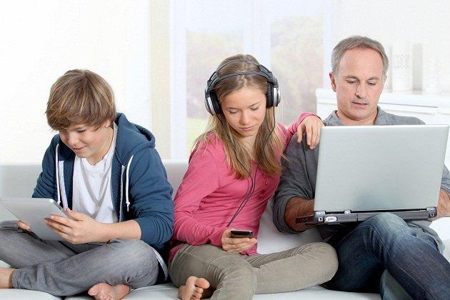 """Γονείς """"κολλημένοι"""" με τα social media, παιδιά εθισμένα στο internet -  Healthview"""