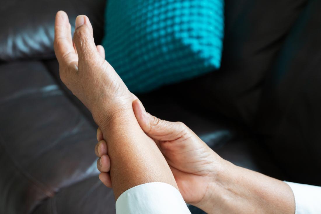 άντρας που πιάνει το χέρι του επειδή πονάει από την αρθρίτιδα