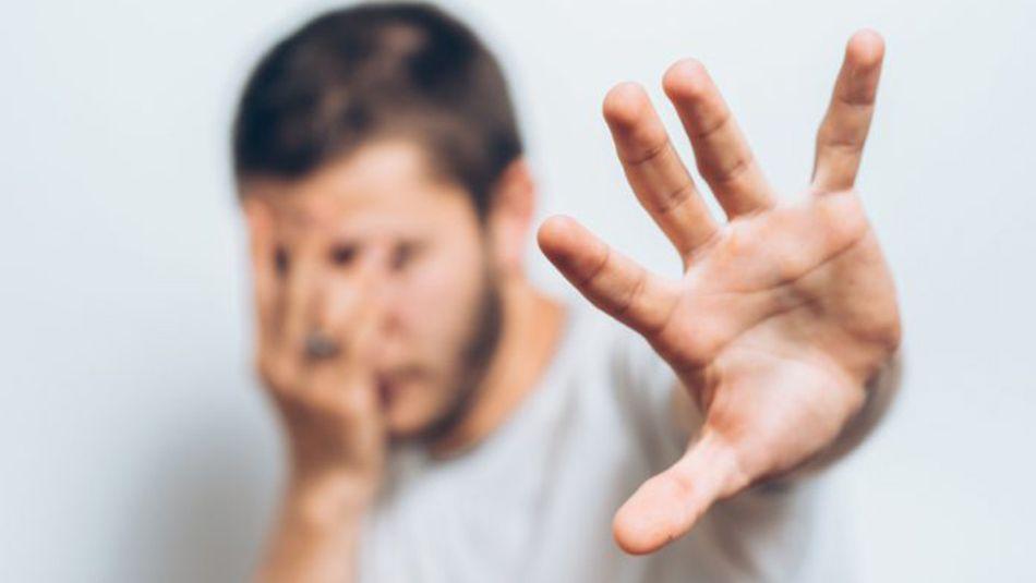 άντρας που κρύβεται και φοβάται επειδή έχει φοβίες