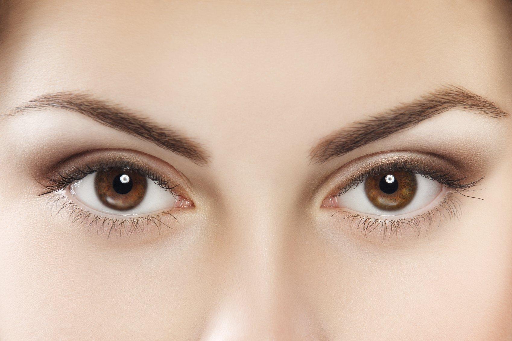 γυναίκα με καστανά μάτια