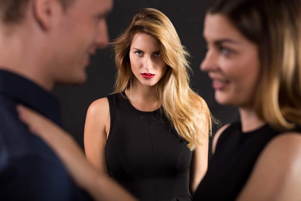 γυναίκα που βλέπει τον άντρα να κάνει απιστία