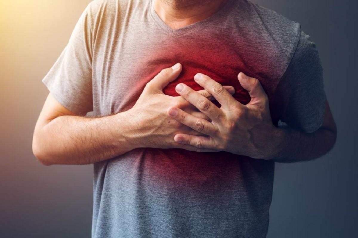 άνδρας πιάνει το στήθος του μετά από έμφραγμα