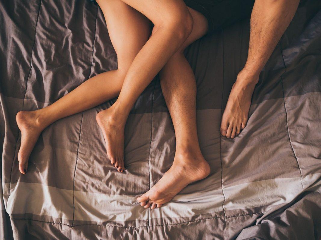 πόδια ζευγαριού που κάνει σεξ