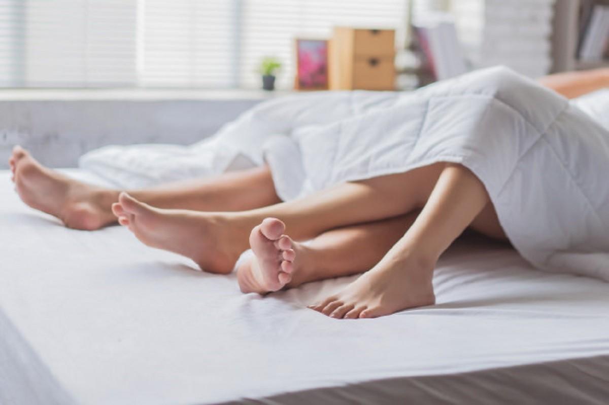 πόδια ζευγαριού στο κρεβάτι