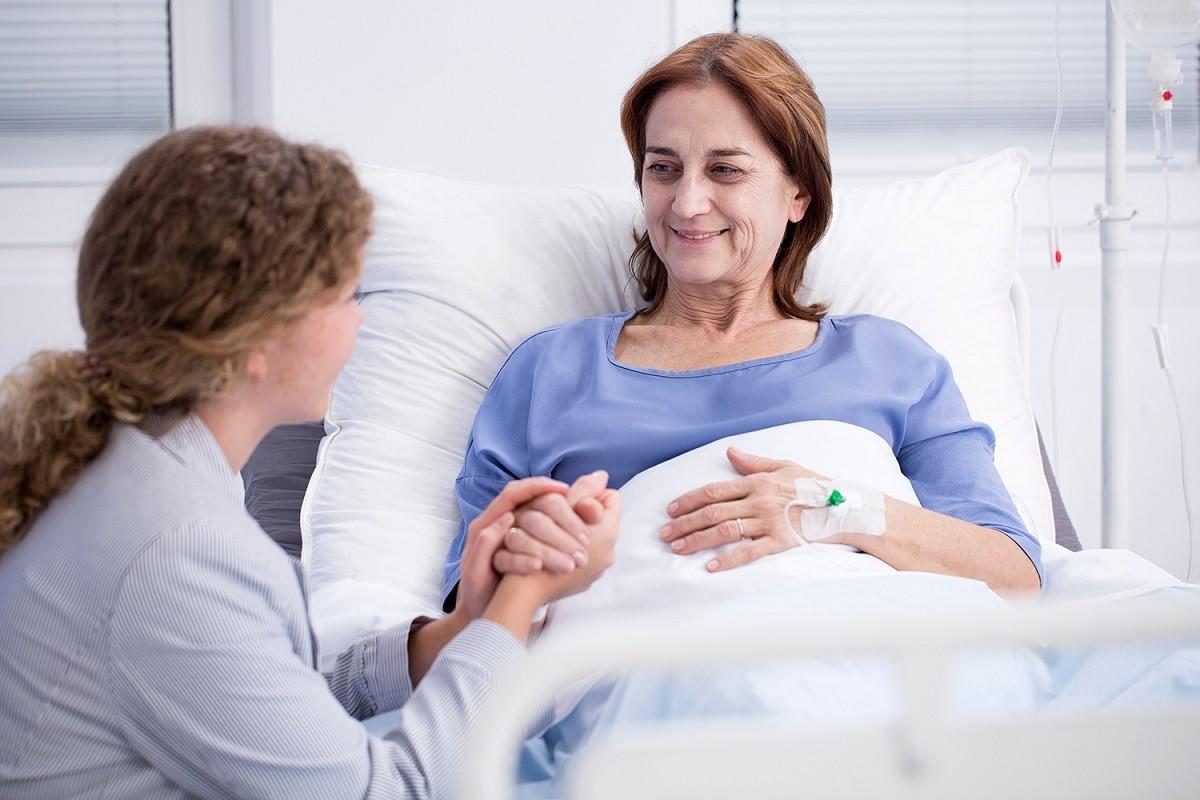 γυναίκα που την έχει χτυπήσει ο καρκίνος στο κρεβάτι του νοσοκομείου
