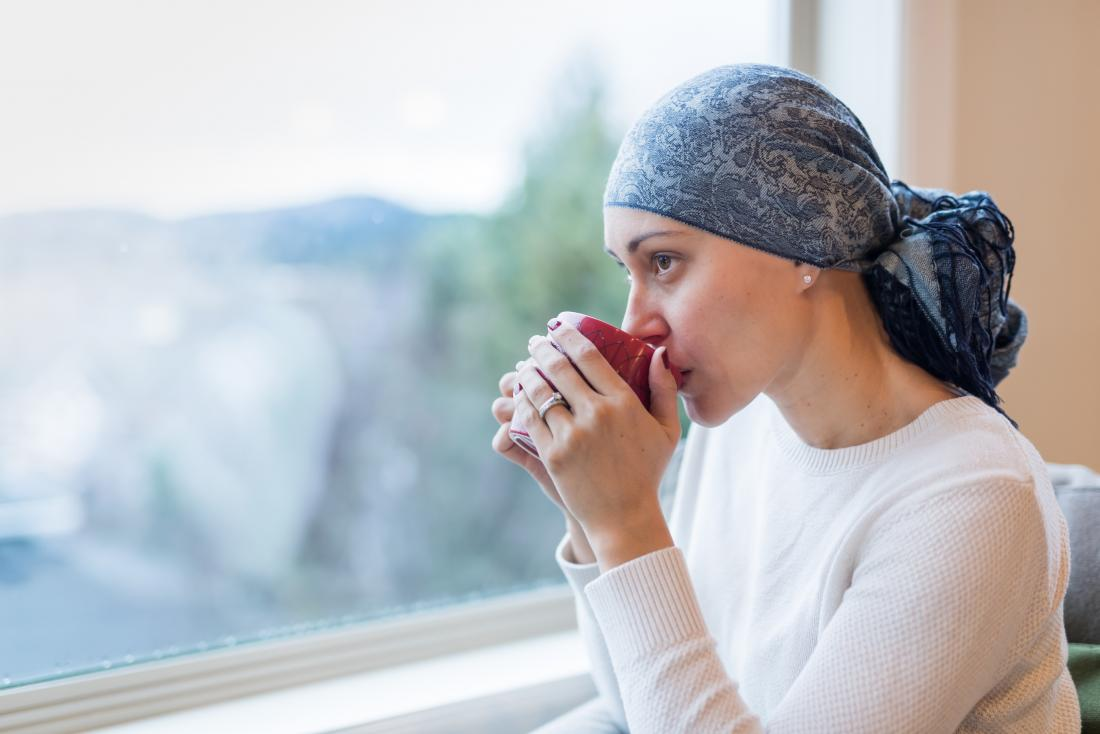 γυναίκα ασθενής που την έχει χτυπήσει ο καρκίνος