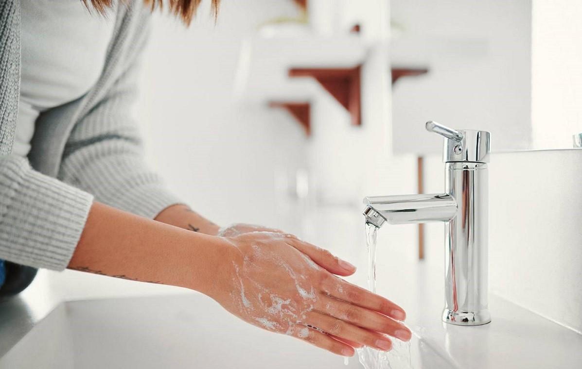 γυναίικα πλένει τα χέρια της