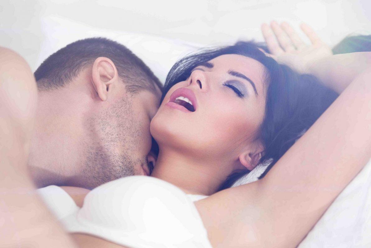 ζευγάρι στο κρεβάτι κάνει σεξ