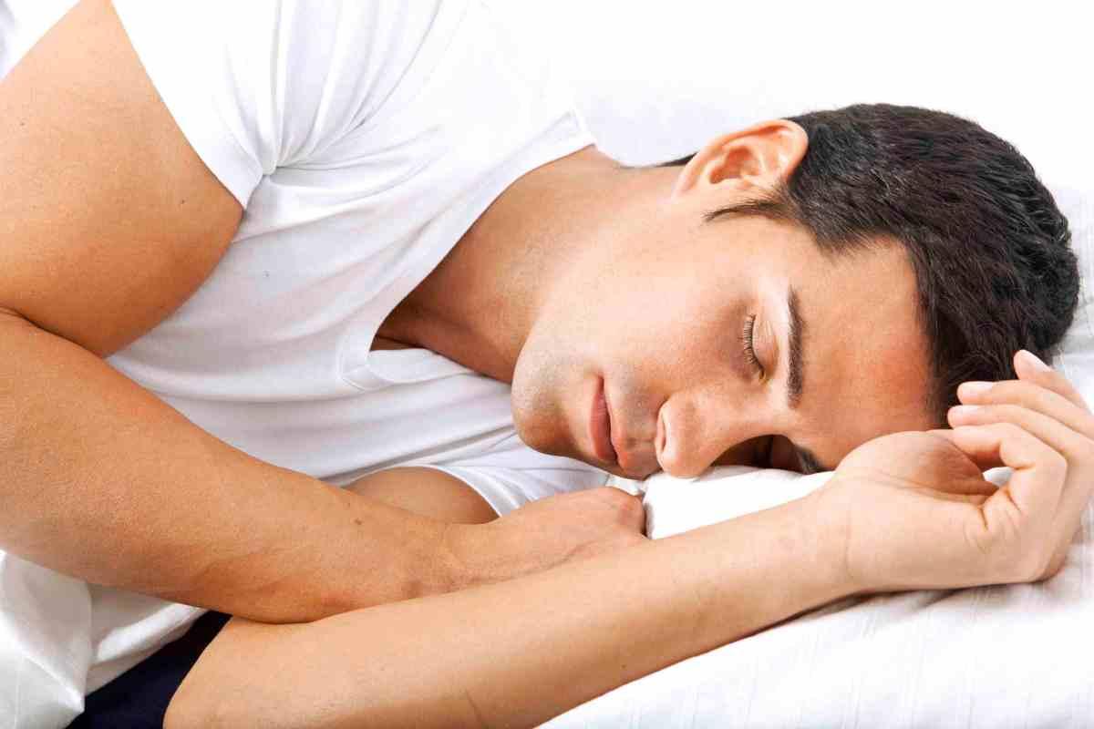 νεαρός άνδρας που τον έχει πάρει ο ύπνος