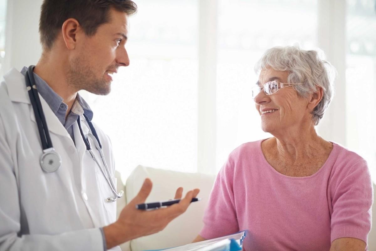 ηλικιωμένη γυναίκα ασθενής μιλά με τον γιατρό της