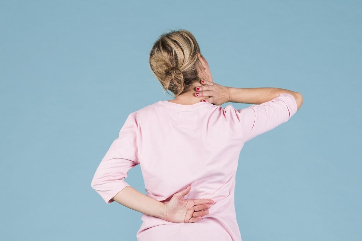 γυναίκα πονάει επειδή έχει οστεοπόρωση