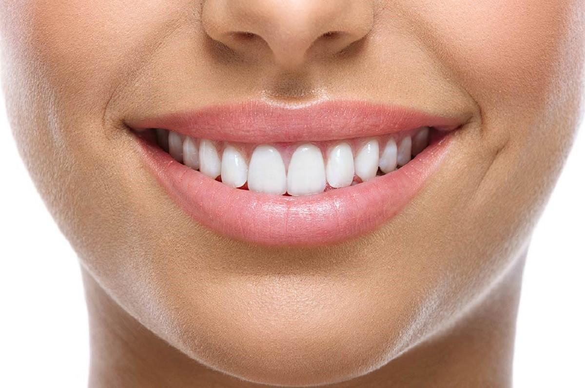 γυναικείο χαμόγελο με λευκά δόντια