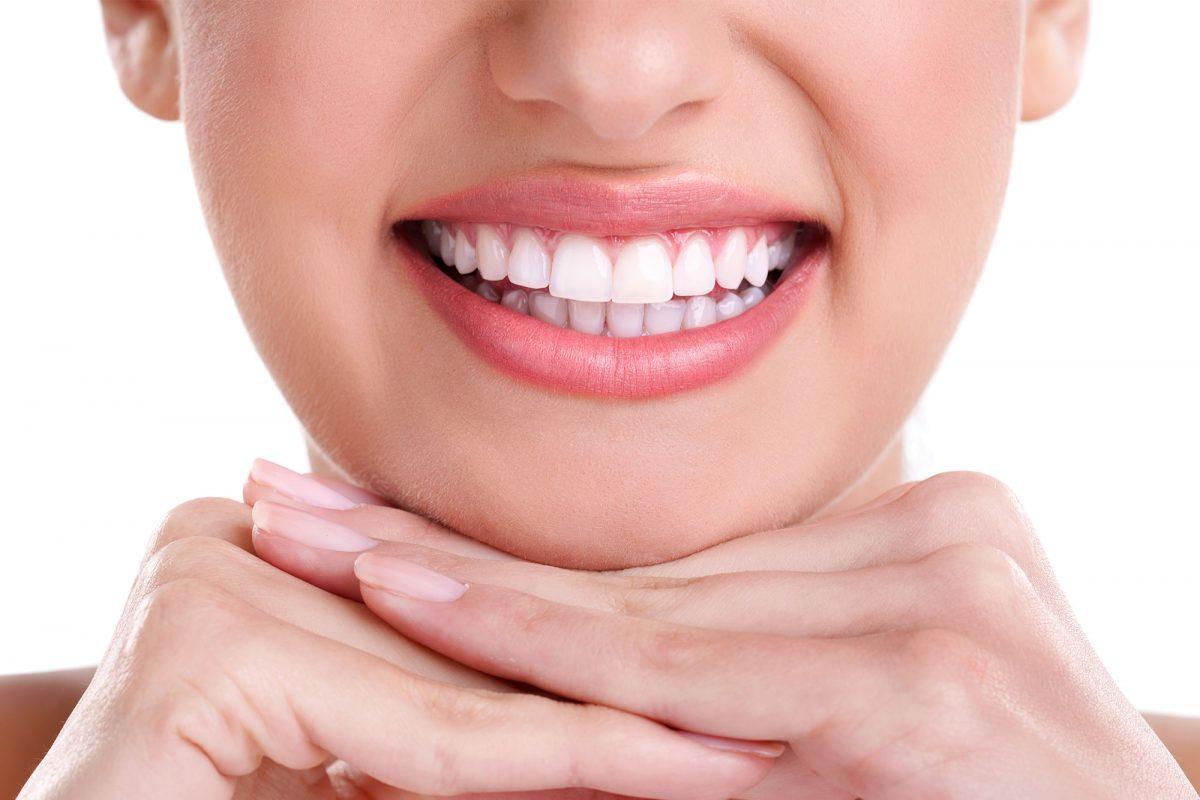 γυναίκα με λευκά δόντια χαμογελάει