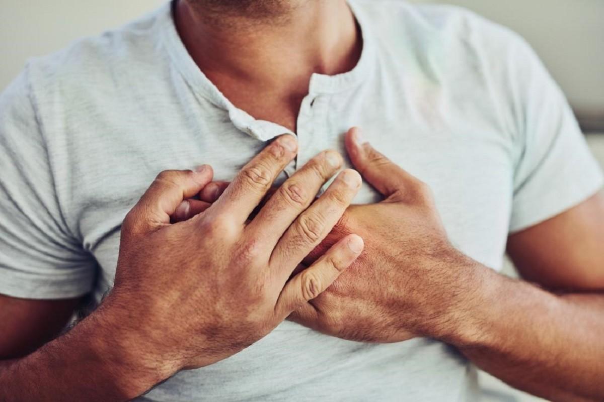 άντρας πιάνει το στήθος του γιατί έχει πρόβλημα στην καρδιά