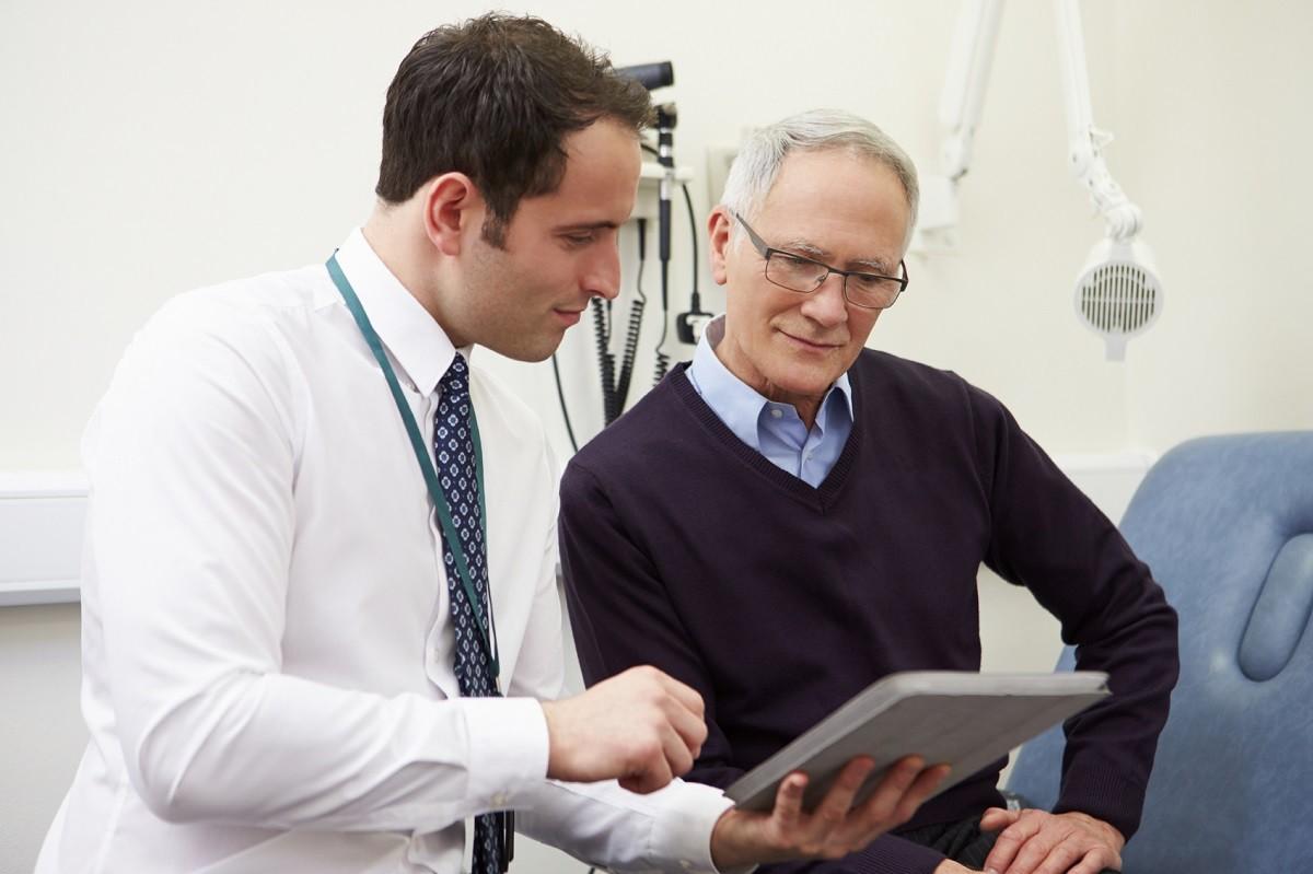 γιατρός μιλάει σε ασθενή του που έχει πρόβλημα ο προστάτης του