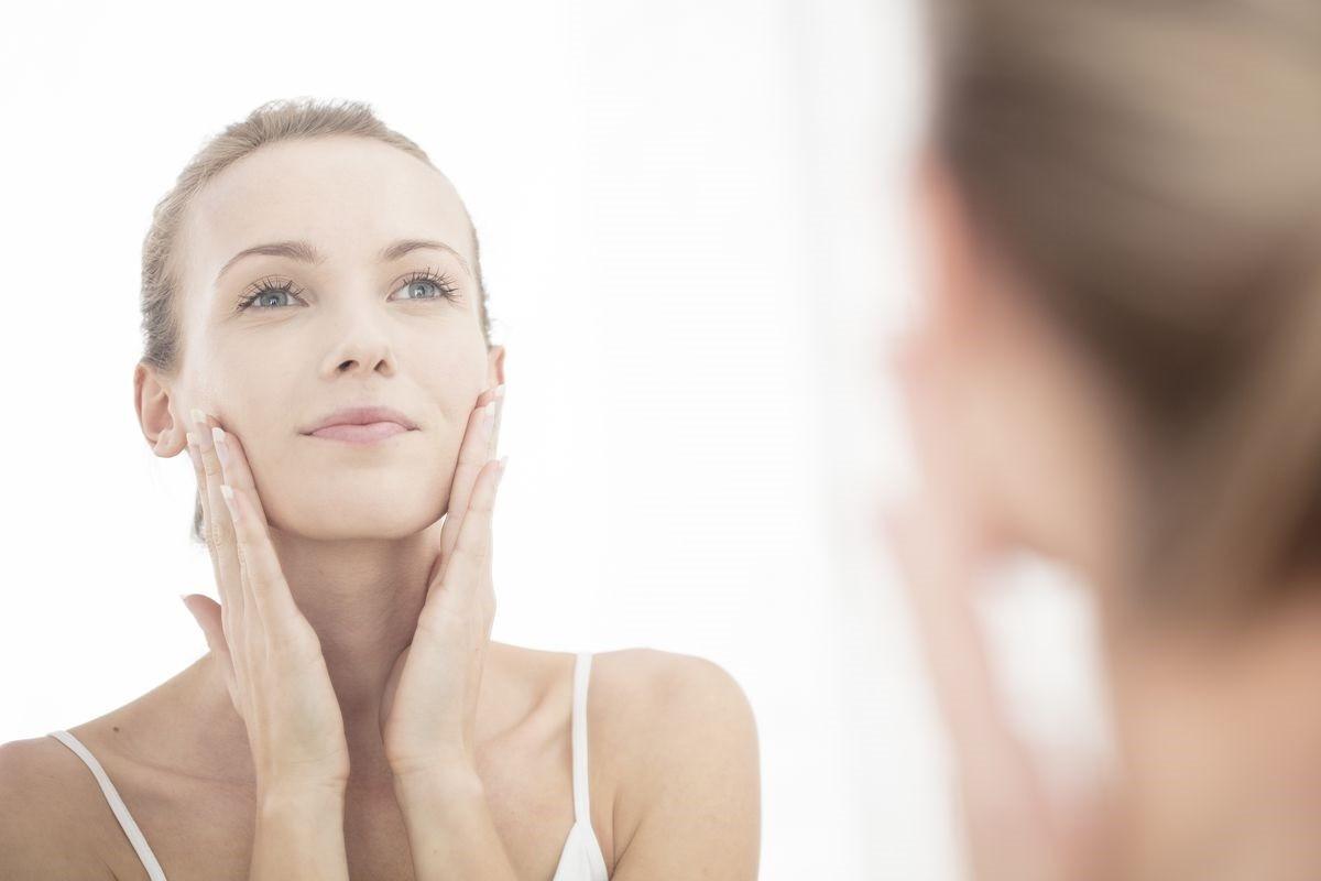 νεαρή γυναίκα φροντίζει το δέρμα της