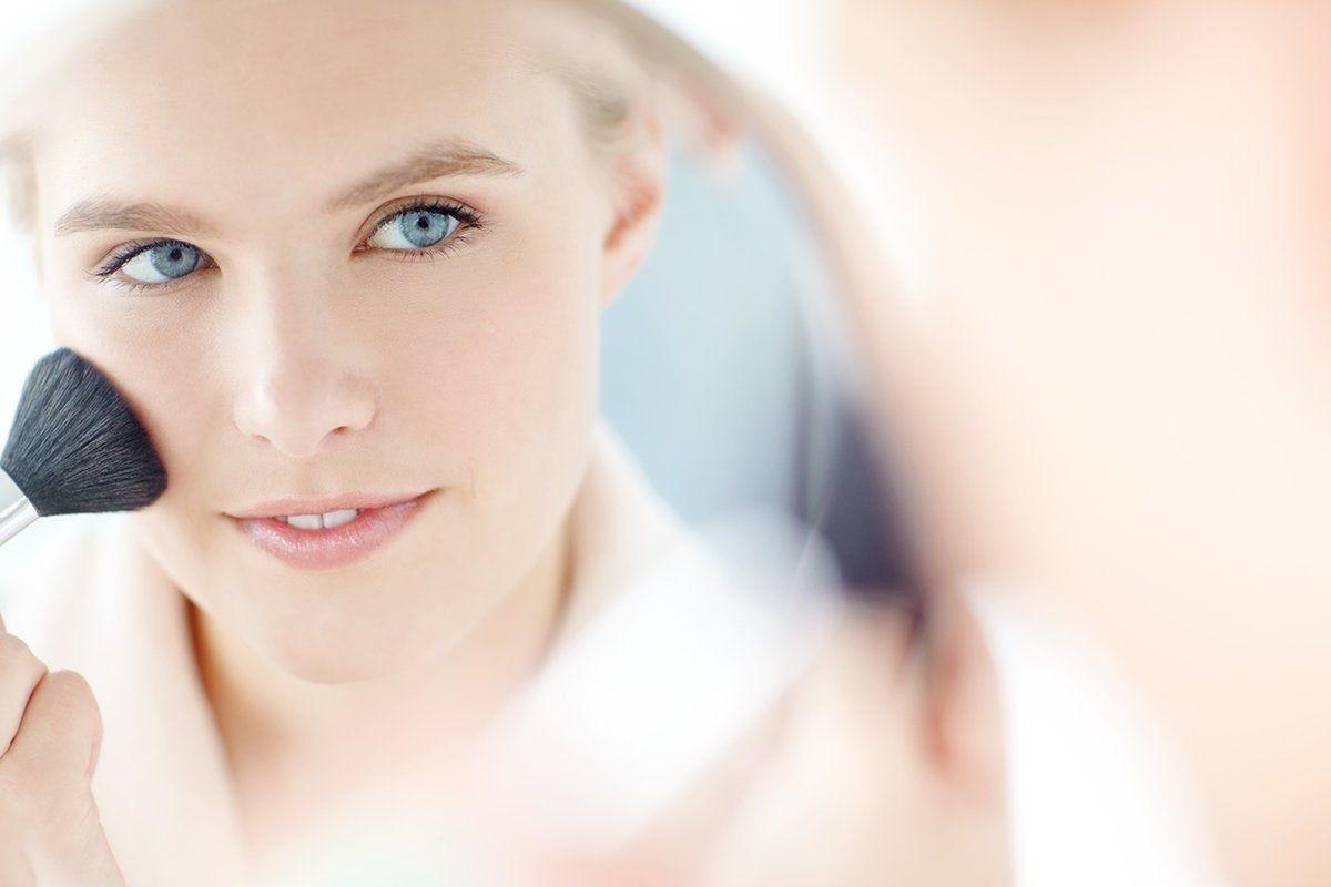 γυναίκα βάζει το μακιγιάζ της