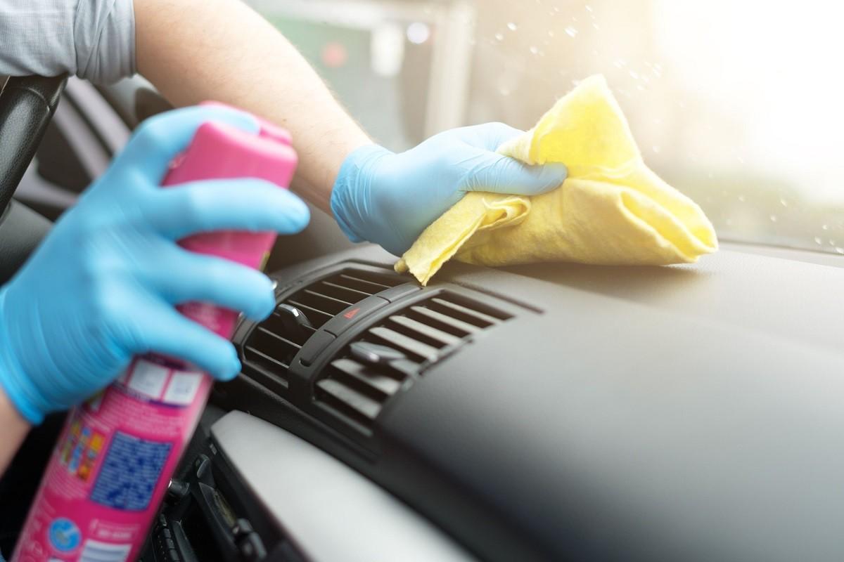 γυναίκα πλένει το αυτοκίνητο της για να μείνει μακριά ο κορωνοϊός