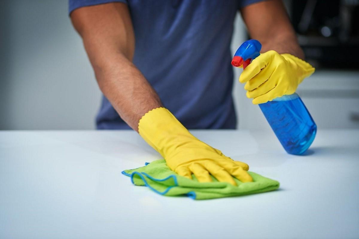 Άνδρας καθαρίζει για να μην εξαπλωθεί ο κορωνοϊός