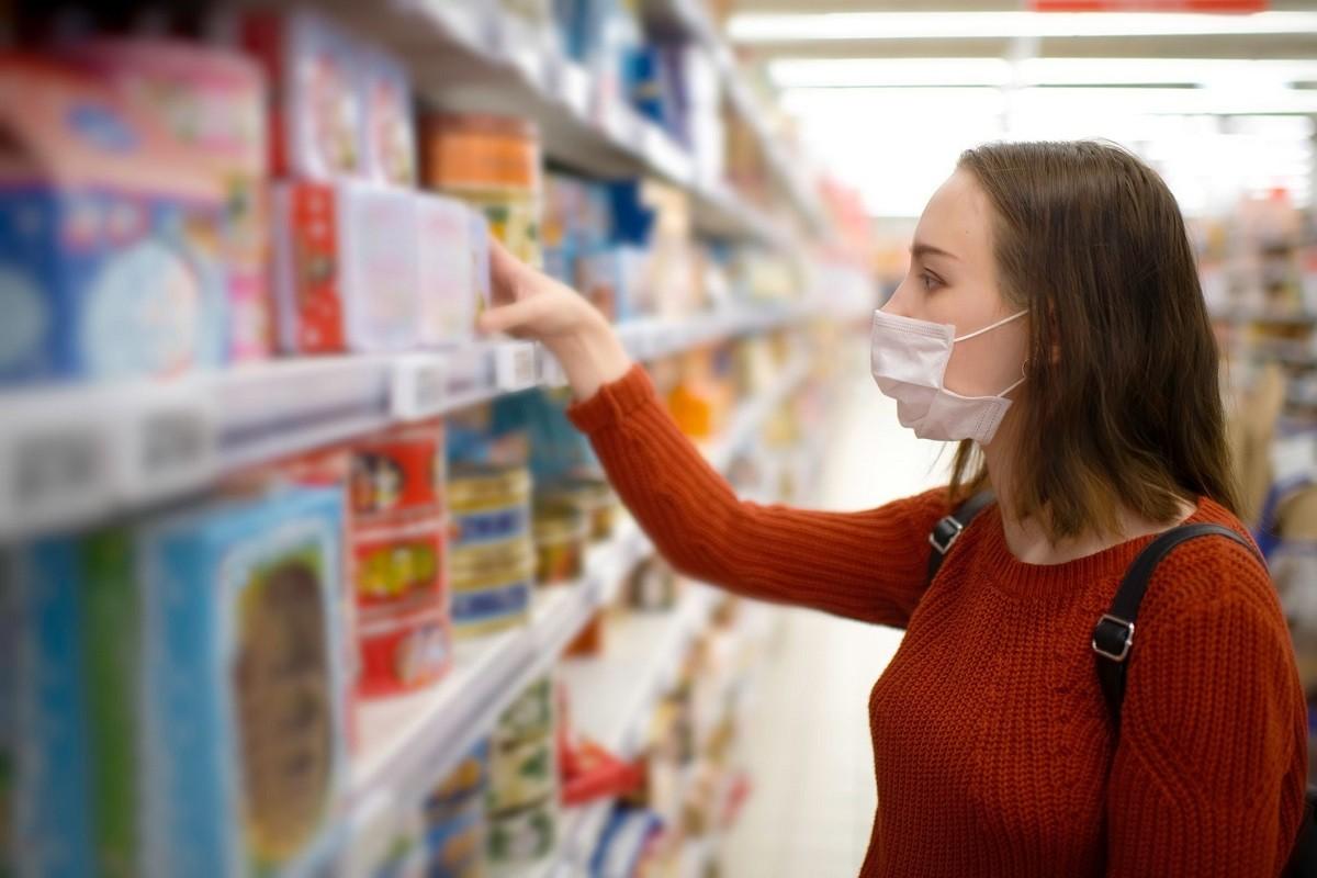 γυναίκα ψωνίζει με μάσκα για να μην μεταδίδεται ο κορωνοϊός