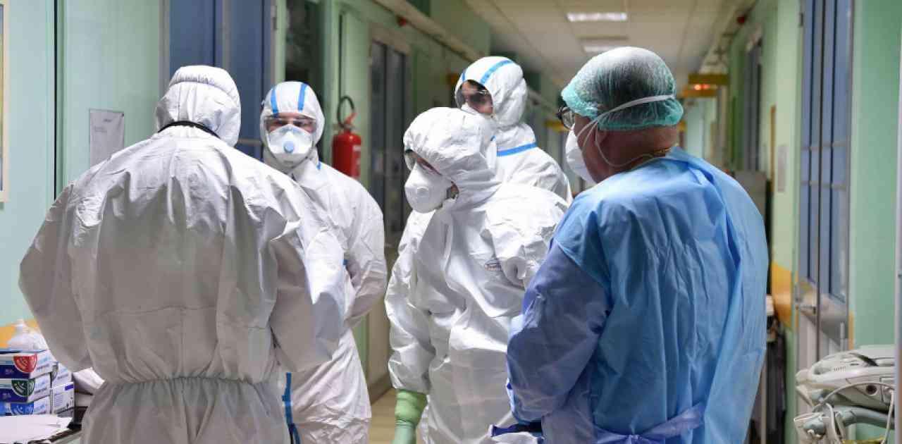 γιατροί φορούν ειδικές στολές για να μην τους μολύνει ο κορωνοϊός