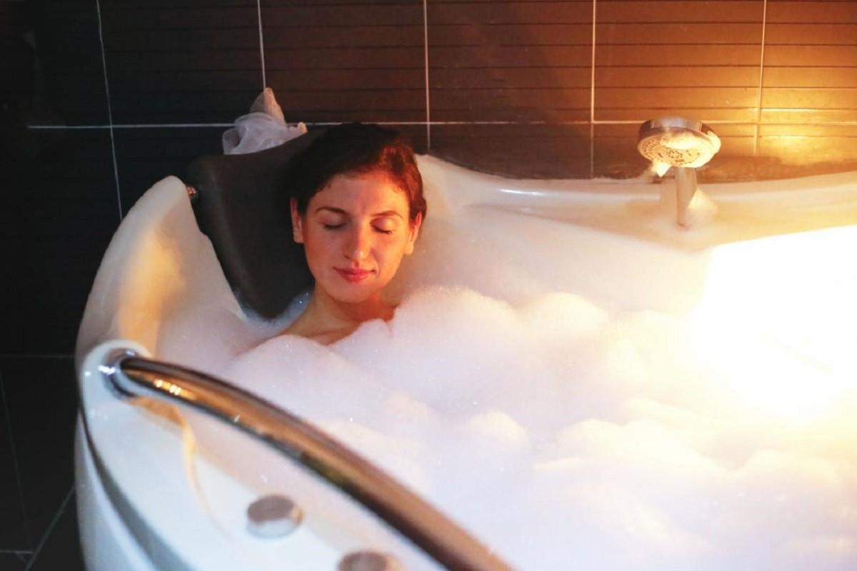 γυναίκα κάνει ένα καυτό μπάνιο