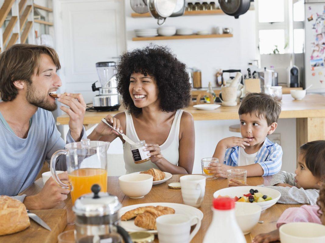οικογένεια παίρνει το πρωινό της για καλύτερη διατροφή