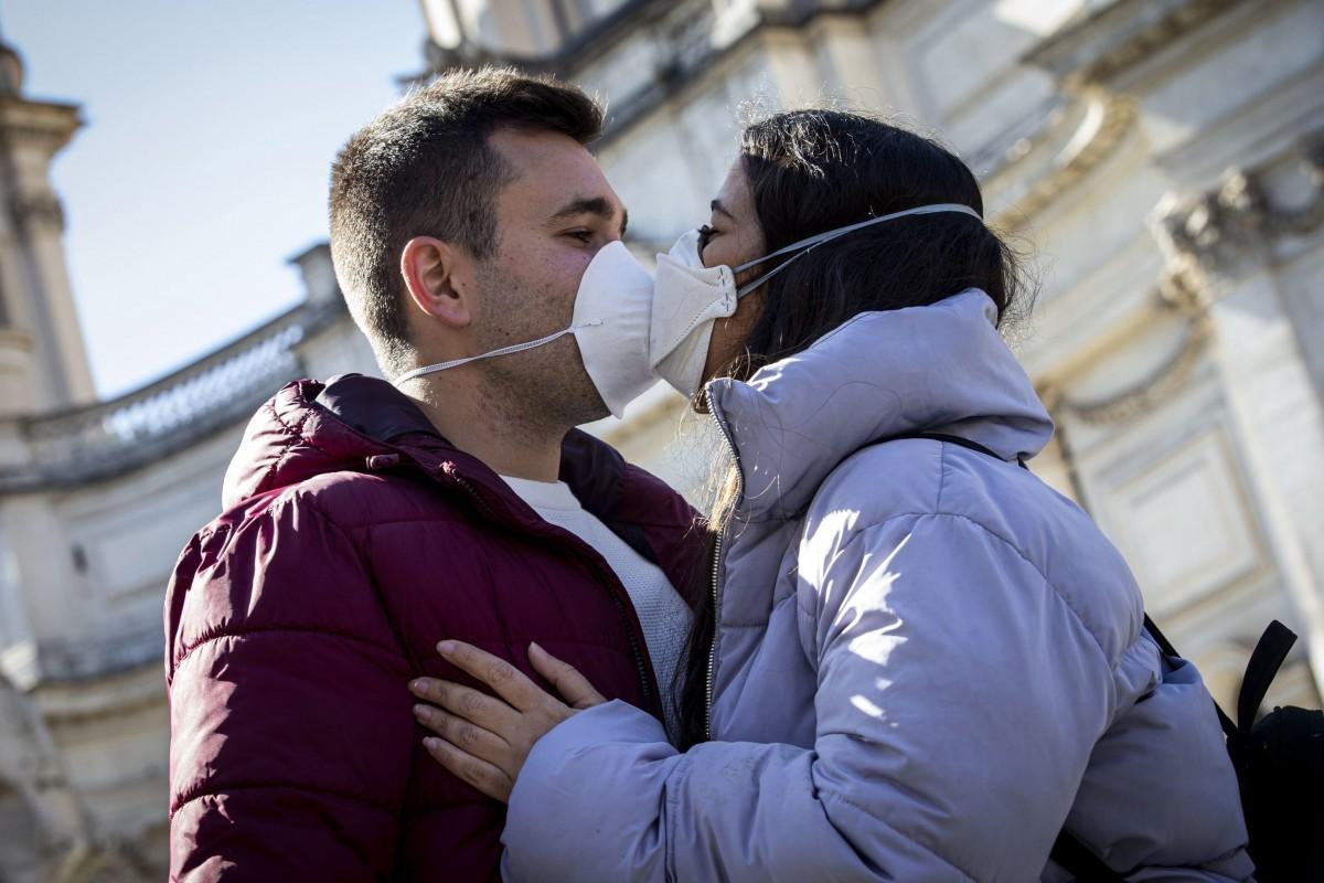 """Κορωνοϊός: Πως το εμβόλιο έχει βάλει στον """"πάγο"""" τις ανθρώπινες σχέσεις"""