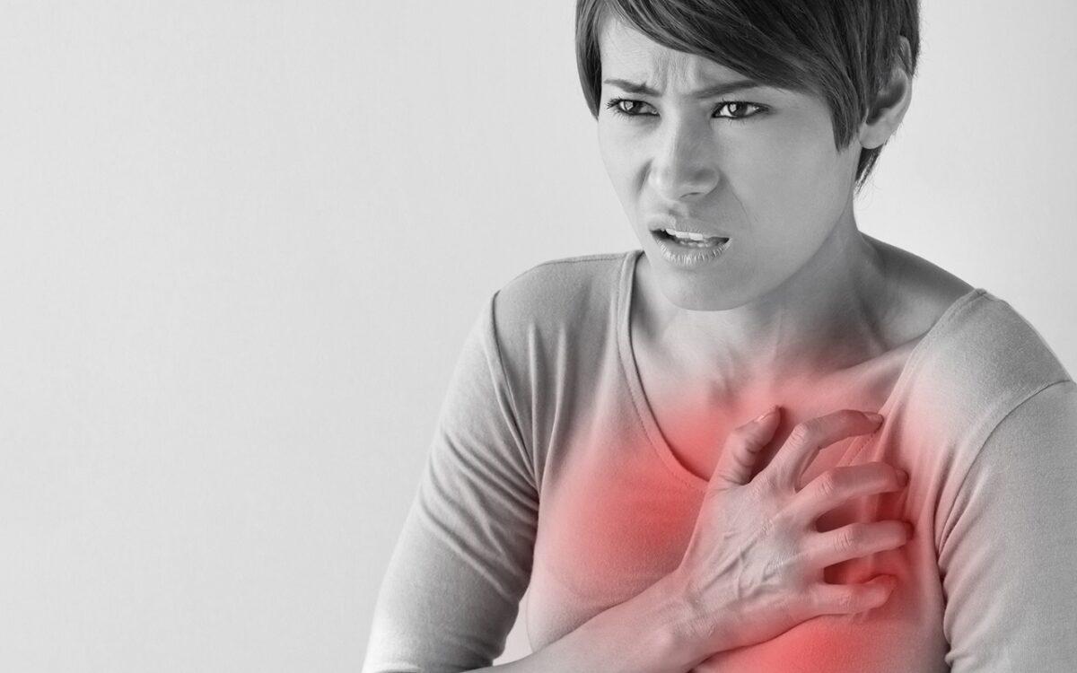 γυναίκα πιάνει το στήθος της επειδή παθαίνει έμφραγμα