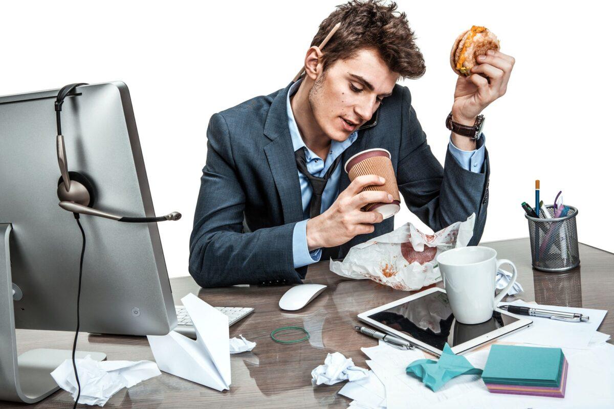 άντρας που τρώει στην εργασία του