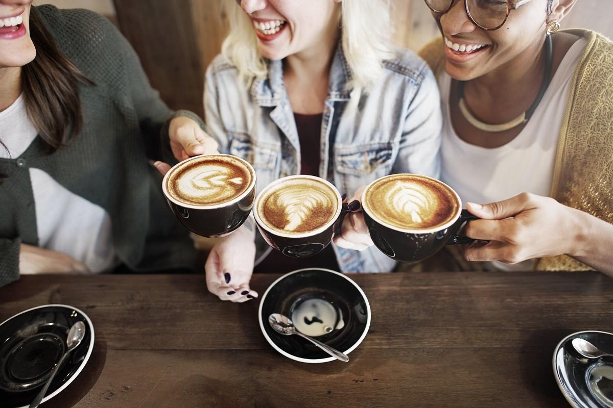καφές σε τραπέζι με γυναίκες