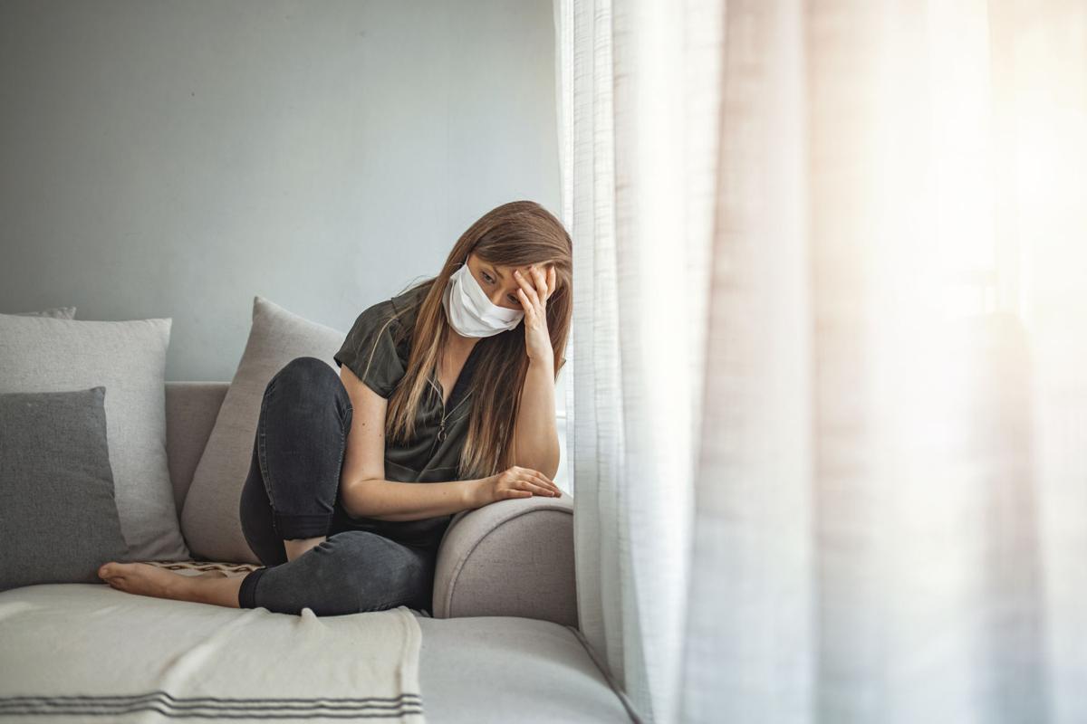 γυναίκα που έχει κατάθλιψη από την πανδημία που έφερε ο κορωνοϊός