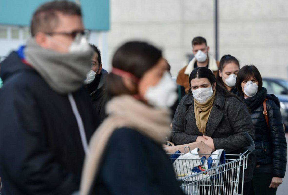 πολίτες φορούν μάσκες για να μην τους μολύνει ο κορωνοϊός