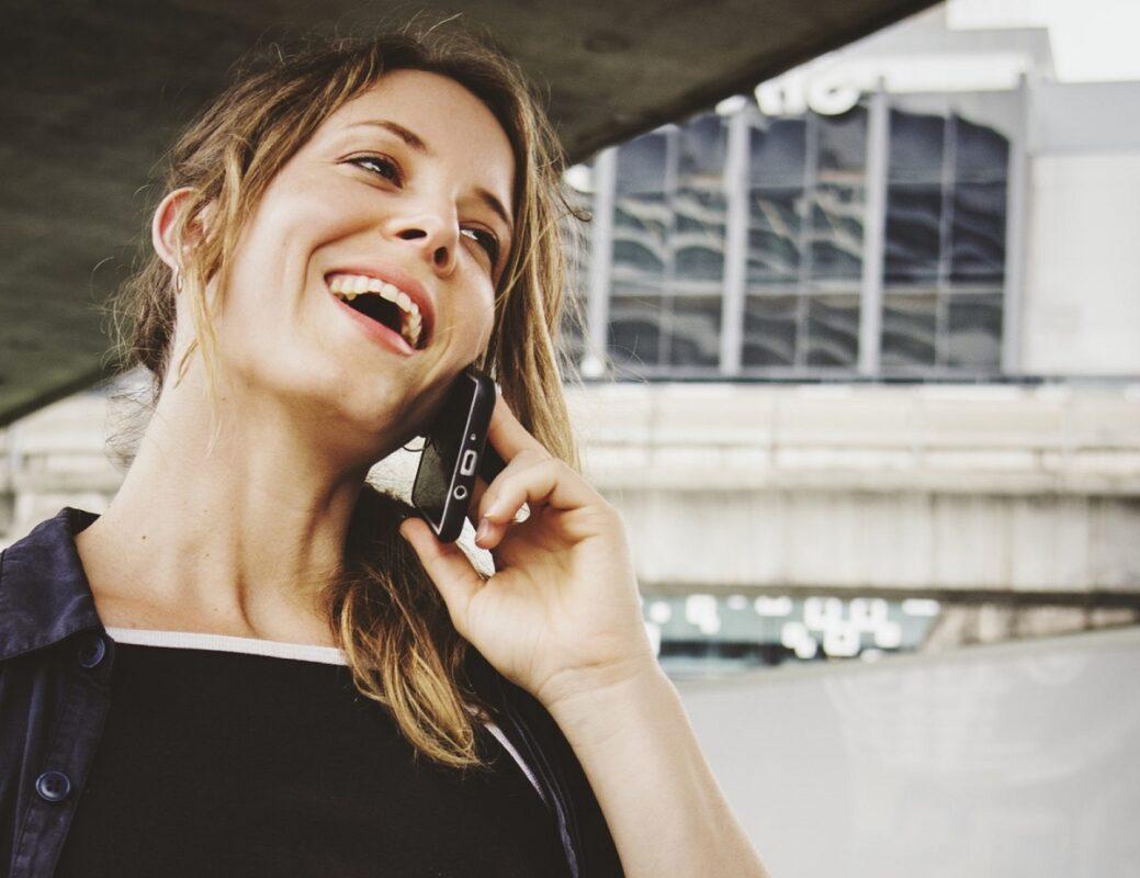 γυναίκα μιλάει στο κινητό τηλέφωνο