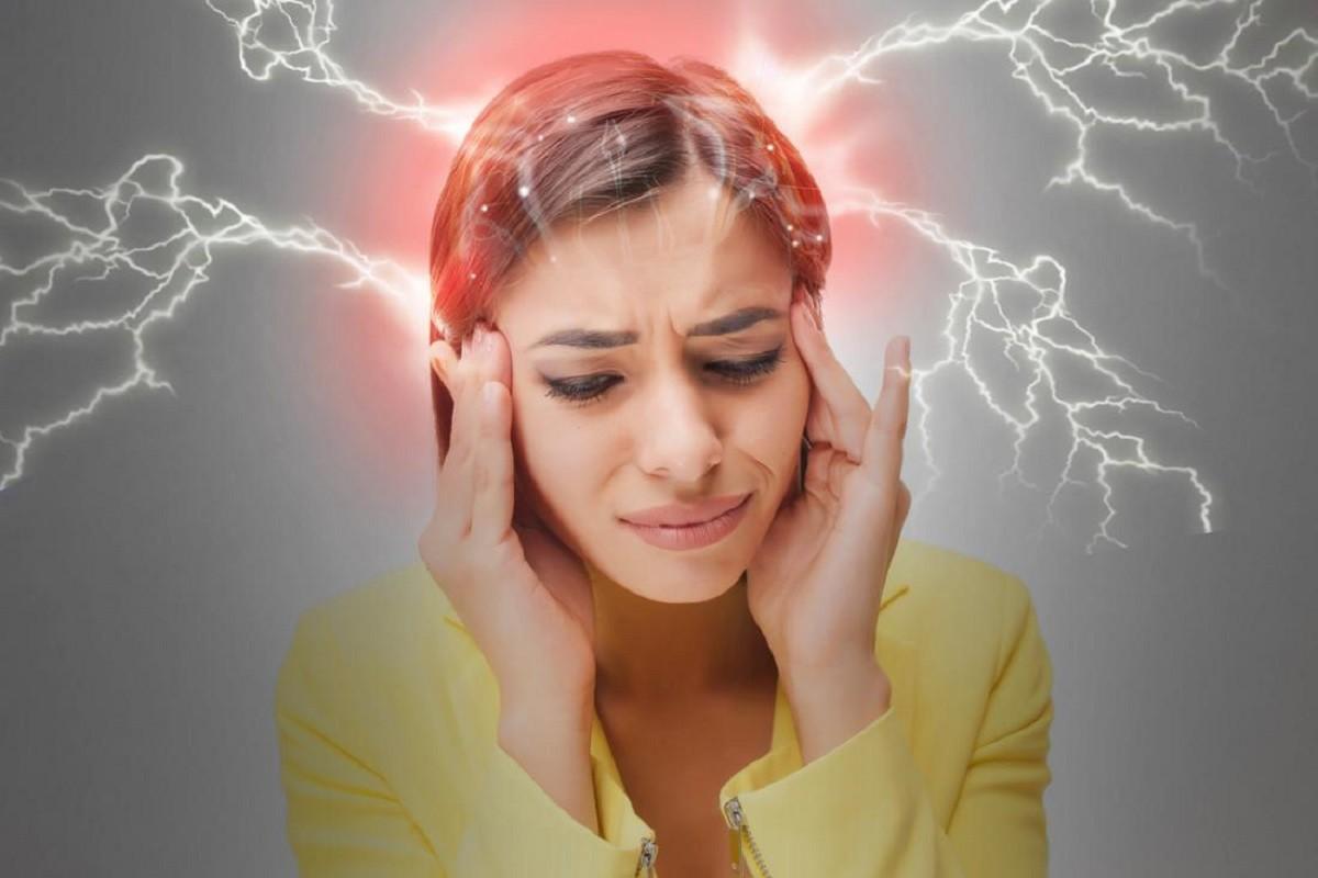 γυναίκα πιάνει το κεφάλι της επειδή έχει ημικρανία