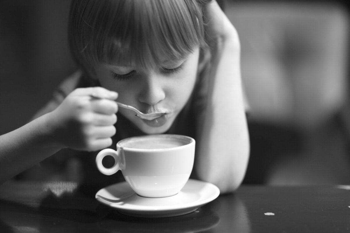 καφές και παιδί που πίνει από το φλιτζάνι