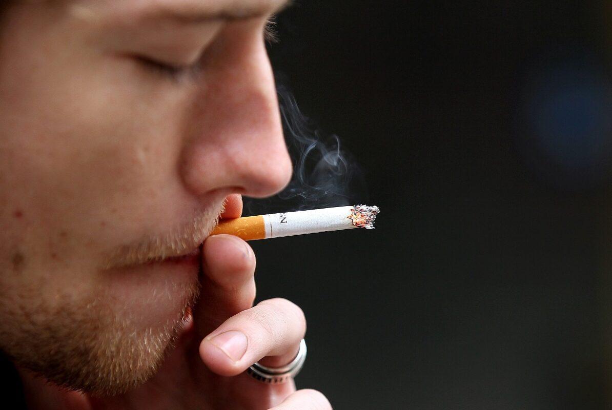 άνδρας απολαμβάνει το κάπνισμα