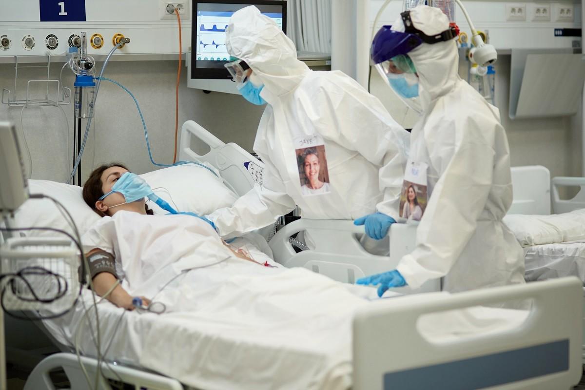 γυναίκα στο νοσοκομείο επειδή την έχει μολύνει ο κορωνοϊός