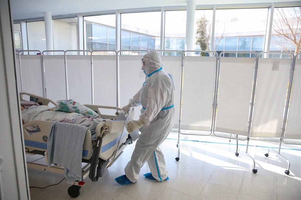 Ασθενής που τον έχει χτυπήσει ο κορωνοϊός στο νοσοκομείο