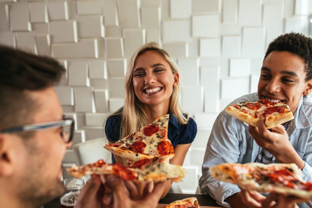 φίλοι τρώνε πίτσα