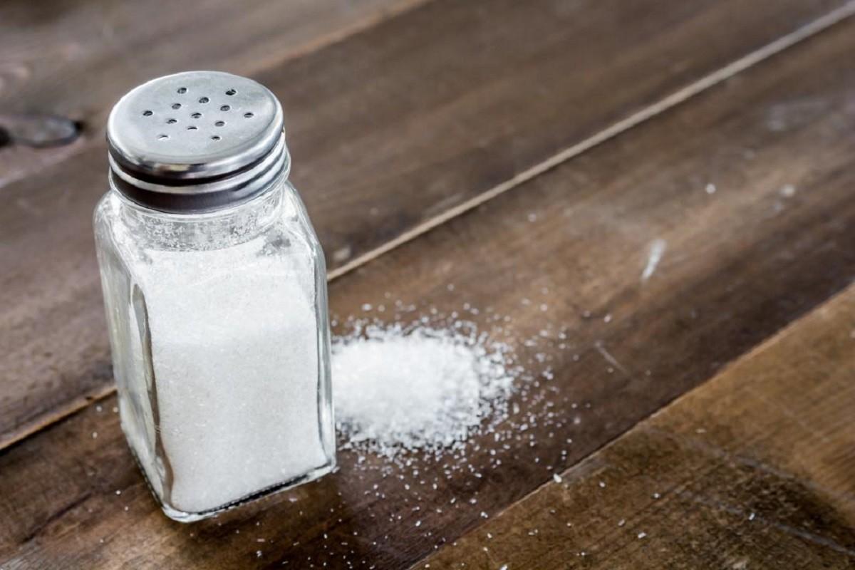 αλατιέρα γεμάτη αλάτι επάνω στο τραπέζι