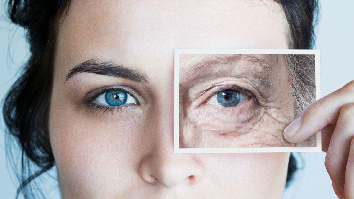 γυναίκα κρατά μια φωτογραφία μπροστά στο πρόσωπο της για να δείξει την γήρανση