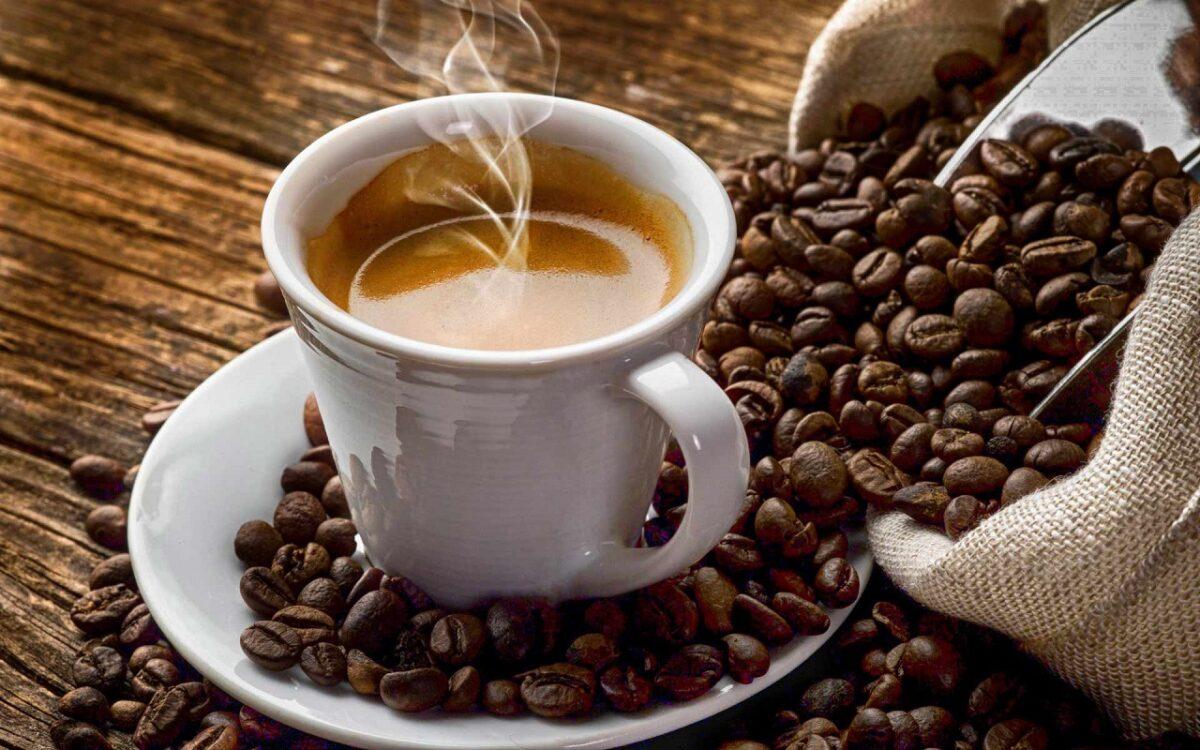 αχνιστός καφές σε κούπα