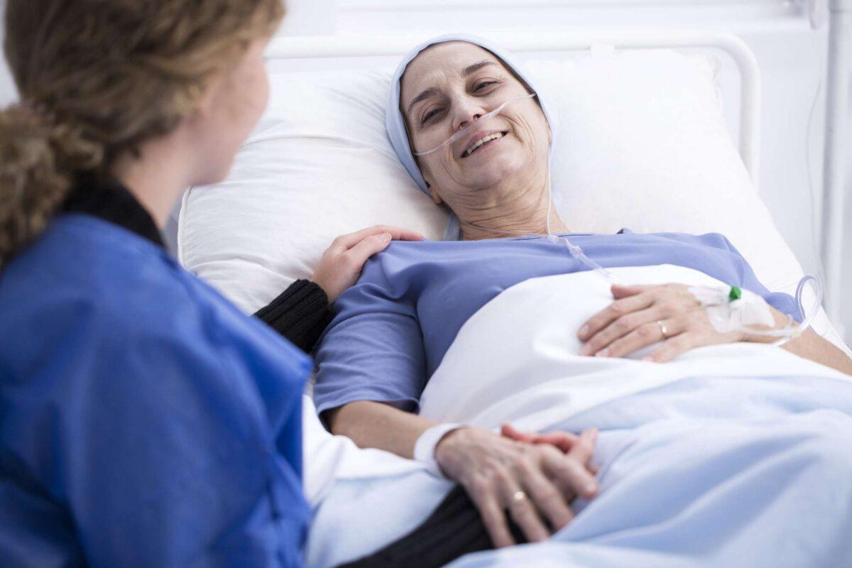 γυναίκα που την έχει χτυπήσει ο καρκίνος στο νοσοκομείο