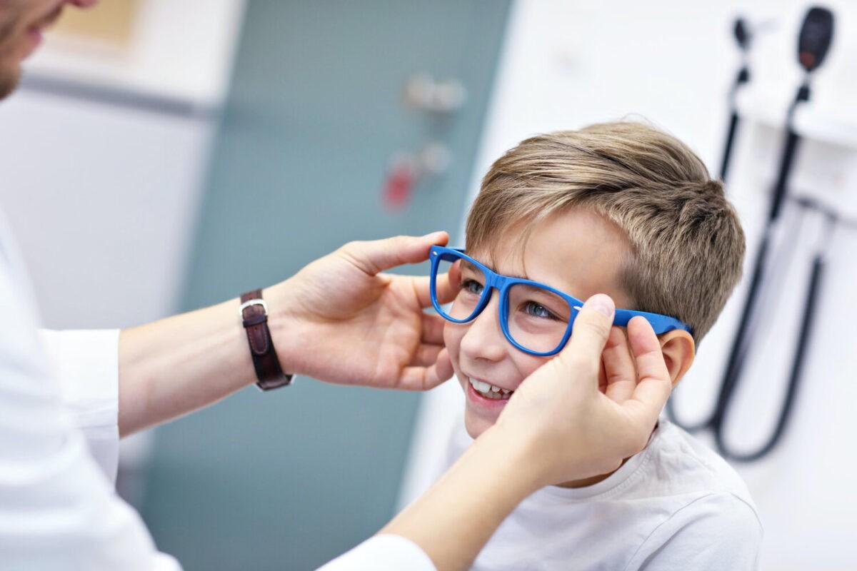 παιδί έχει πάει στον οφθαλμίατρο για να ελέγξει τα μάτια του