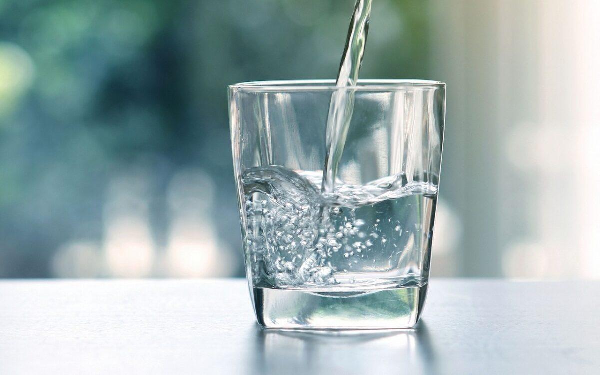 ένα ποτήρι με νερό