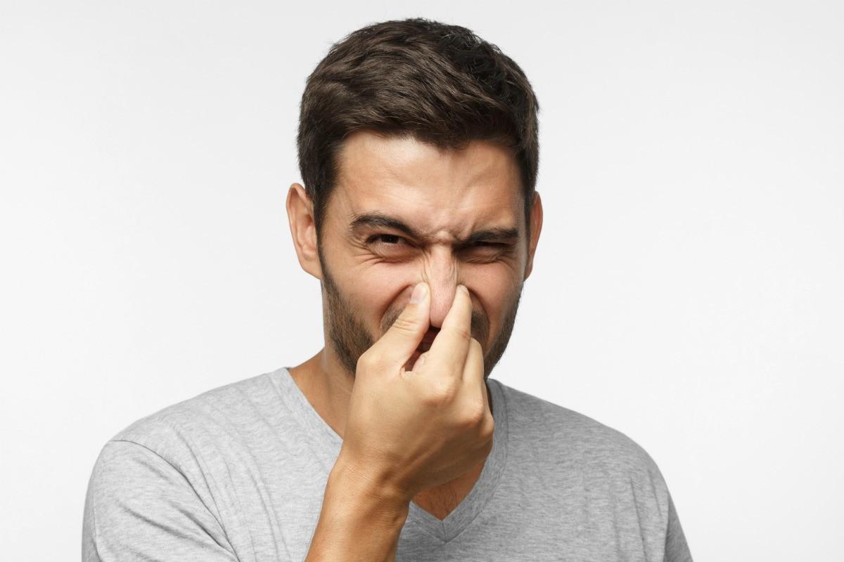 άνδρας δεν αντέχει την οσμή που αναδύεται από το σώμα του
