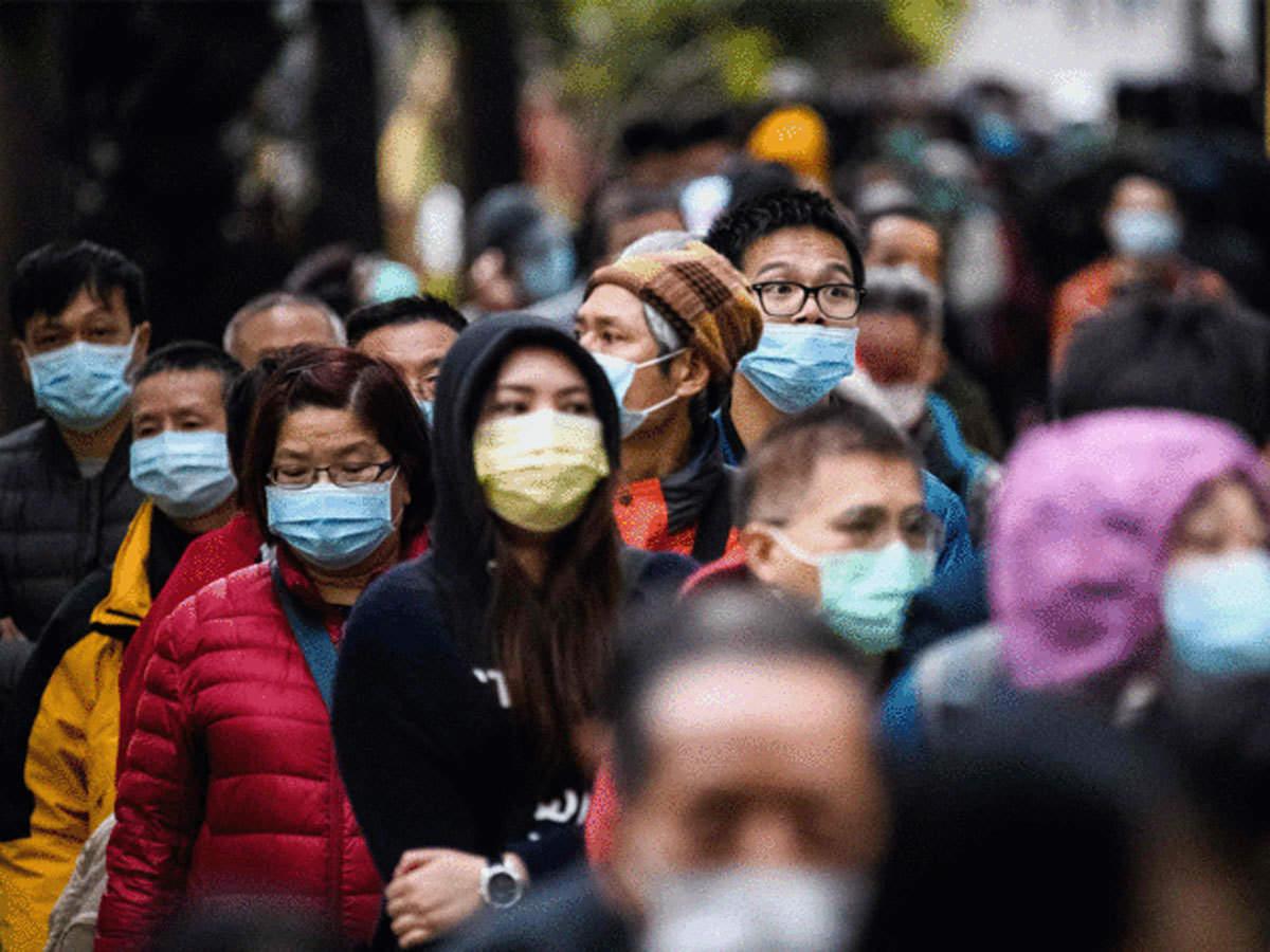 κόσμος φοράει μάσκα επειδή υπάρχει η πανδημία