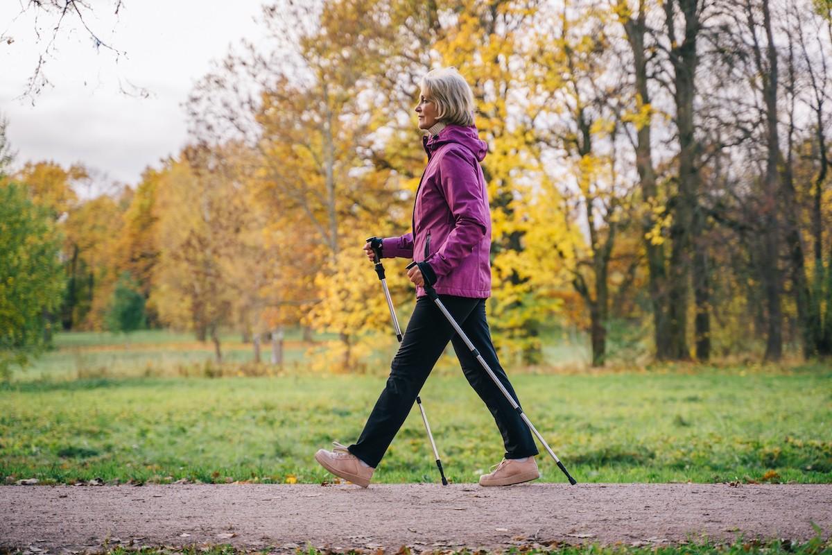 Γυναίκα έχει βγει έξω για περπάτημα